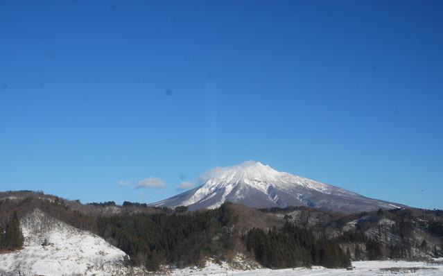 西目屋村役場から岩木山