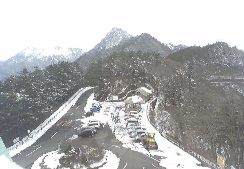 白石ロッジ正面から石鎚山