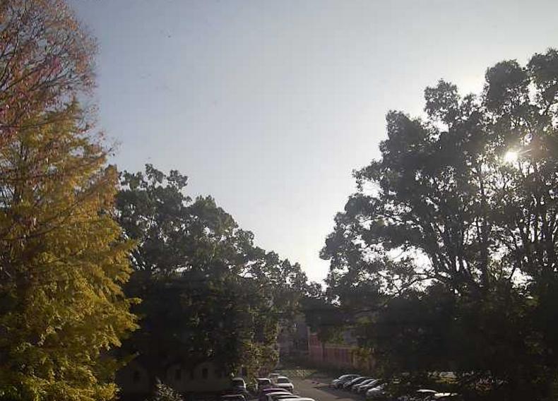熊本大学黒髪北キャンパスライブカメラは、熊本県熊本市中央区の熊本大学黒髪北キャンパス理科棟に設置された赤煉瓦が見えるライブカメラです。