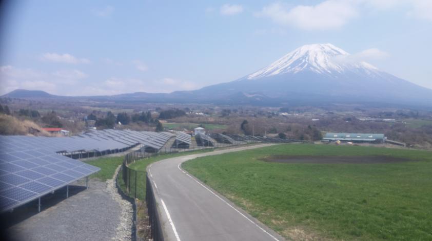 富士ヶ嶺太陽光発電所から富士山