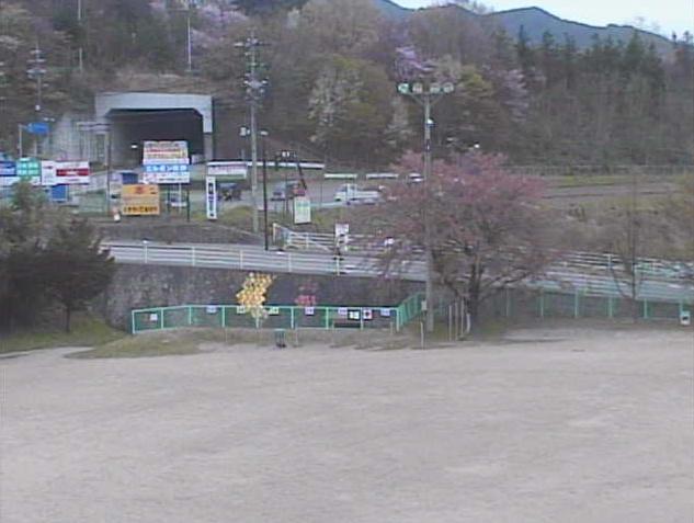 辰野東小学校からグラウンド・長野県道19号伊那辰野停車場線
