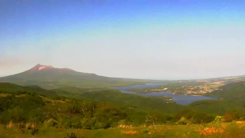 きじひき高原パノラマ眺望台から大沼・駒ヶ岳が見えるライブカメラ。