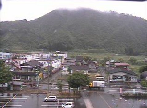 魚沼市役所湯之谷庁舎から国道352号(樹海ライン)・鳴倉山方面が見えるライブカメラ。