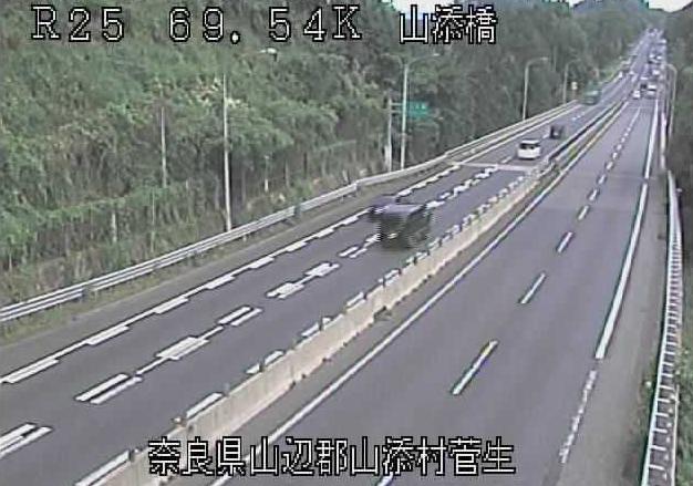 山添橋から名阪国道(国道25号バイパス)が見えるライブカメラ。