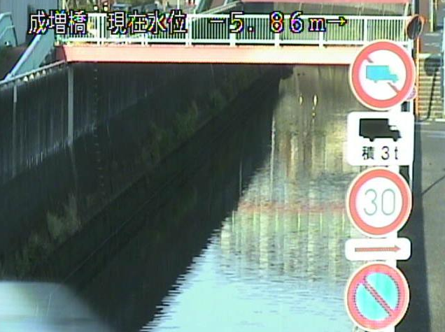 白子川成増橋ライブカメラは、東京都板橋区三園の成増橋に設置された白子川が見えるライブカメラです。
