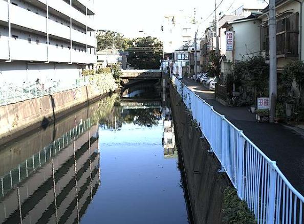 立会川河口部上流側ライブカメラは、東京都品川区東大井の河口部上流側に設置された立会川が見えるライブカメラです。