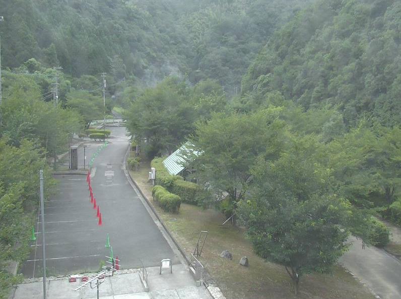 いこいの里千石花の水辺公園ライブカメラは、福岡県宮若市宮田のいこいの里千石花の水辺公園に設置された福岡県道471号八木山公園線・キャンプ場が見えるライブカメラです。