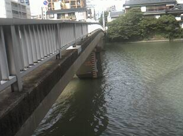 那珂川稲荷橋ライブカメラは、福岡県福岡市博多区の稲荷橋に設置された那珂川が見えるライブカメラです。