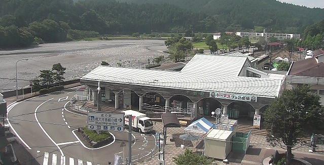 大井川鐵道千頭駅ライブカメラは、静岡県川根本町千頭の大井川鐵道千頭駅に設置された千頭駅前・大井川が見えるライブカメラです。