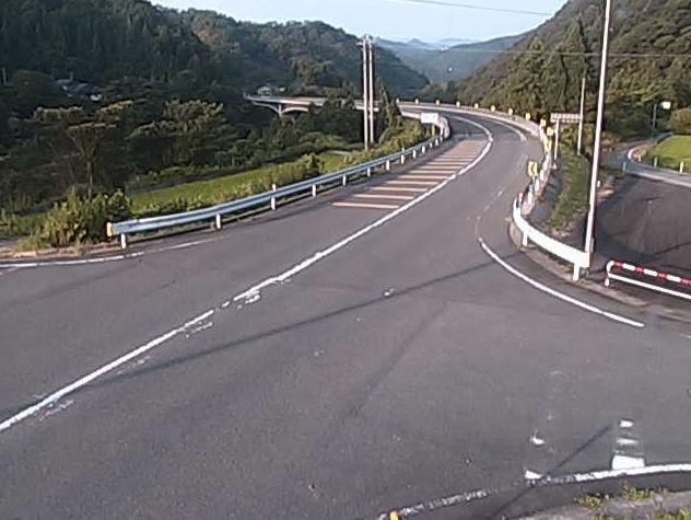 島根県道40号川本波多線久保ライブカメラは、島根県美郷町粕渕の久保に設置された島根県道40号川本波多線が見えるライブカメラです。