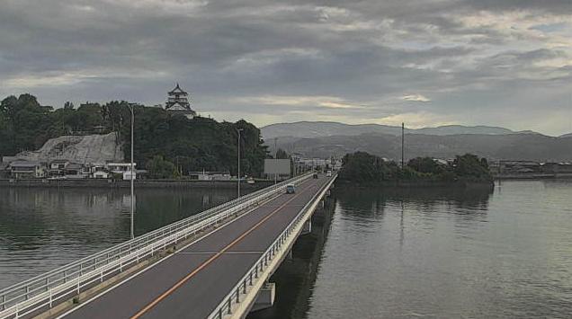 大分県杵築市猪尾の橋付近に設置された杵築大橋・国道213号(杵築沿海路)・杵築城が見えるライブカメラです。