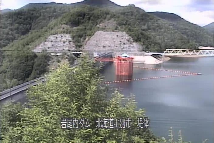 岩尾内ダムライブカメラは、北海道士別市朝日町の岩尾内ダムに設置された堤体が見えるライブカメラです。