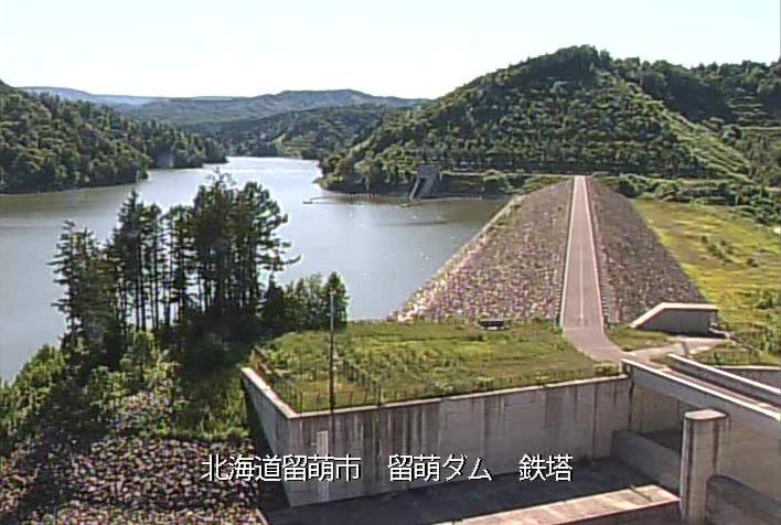 留萌ダムライブカメラは、北海道留萌市留萌村の留萌ダム鉄塔に設置されたダム湖が見えるライブカメラです。