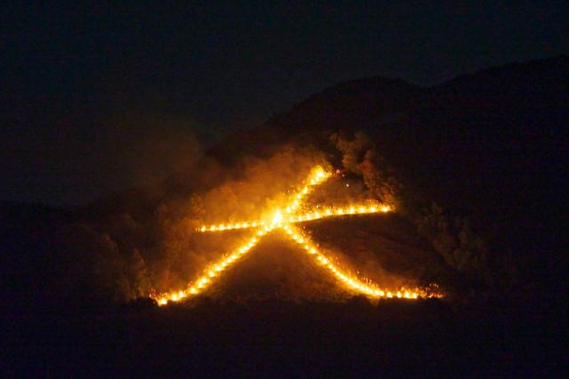 京都五山送り火ライブカメラは、京都府京都市右京区のグラフィックに設置された京都五山送り火(大文字・船形万燈籠・左大文字)が見えるライブカメラです。