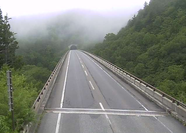 長野県道471号志賀2号トンネルライブカメラは、長野県山ノ内町平穏の志賀2号トンネルに設置された長野県道471号奥志賀公園線が見えるライブカメラです。