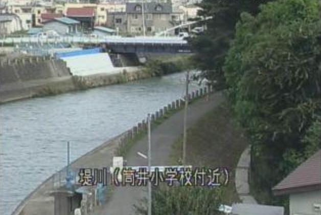 堤川筒井小学校付近ライブカメラは、青森県青森市筒井の筒井小学校付近に設置された堤川が見えるライブカメラです。