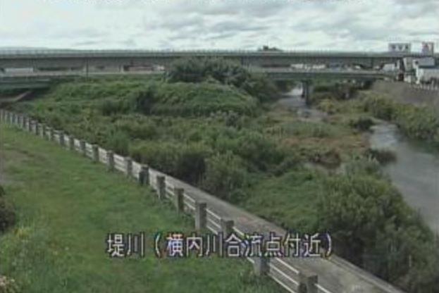 堤川横内川合流点ライブカメラは、青森県青森市筒井の横内川合流点に設置された堤川が見えるライブカメラです。