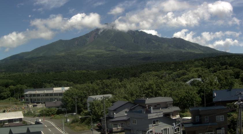 利尻山ライブカメラは、北海道利尻町沓形の利尻町役場に設置された利尻山が見えるライブカメラです。