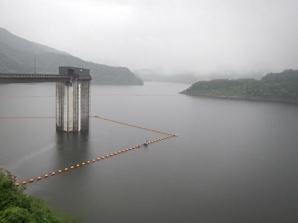森吉山ダムライブカメラは、秋田県北秋田市根森田の森吉山ダム管理支所に設置された森吉山ダムが見えるライブカメラです。