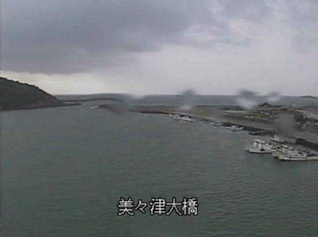 耳川河口ライブカメラは、宮崎県日向市幸脇の美々津大橋に設置された耳川(耳川河口)が見えるライブカメラです。