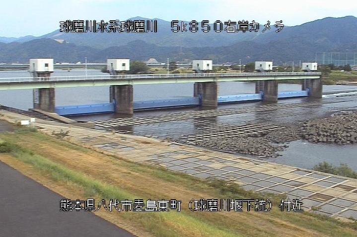 球磨川球磨川堰下流ライブカメラは、熊本県八代市麦島東町の球磨川堰下流に設置された球磨川が見えるライブカメラです。