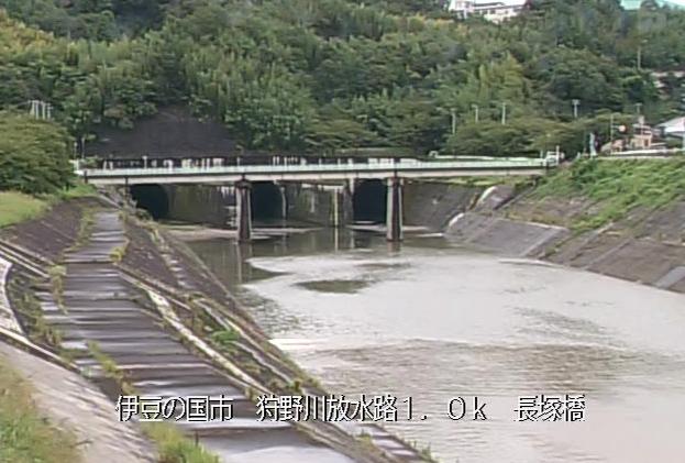 狩野川長塚橋ライブカメラは、静岡県伊豆の国市北江間の長塚橋に設置された狩野川が見えるライブカメラです。