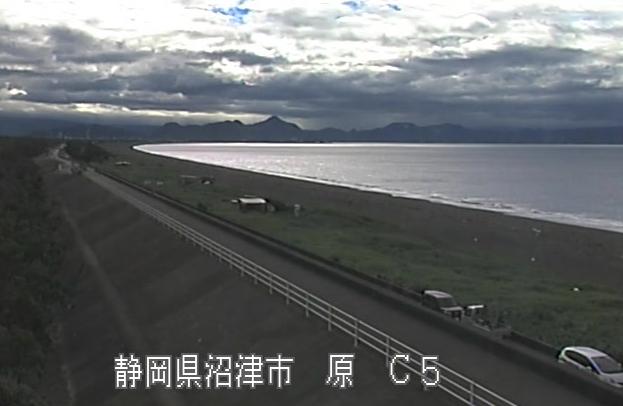 富士海岸沼川第2放水路ライブカメラは、静岡県沼津市原の沼川第2放水路に設置された富士海岸が見えるライブカメラです。