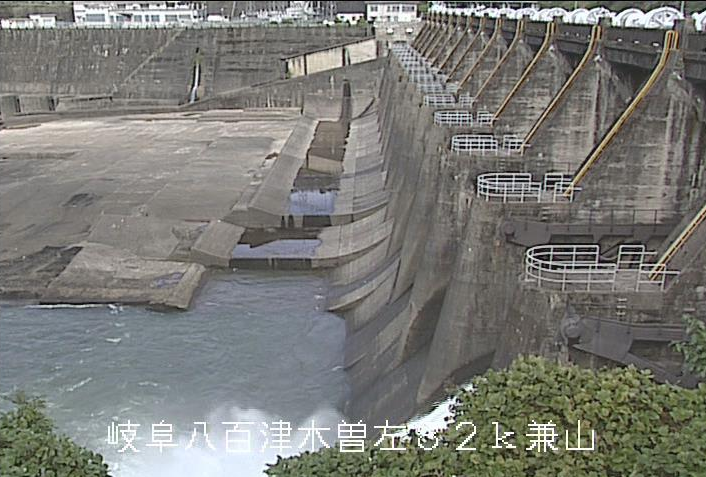 兼山ダムライブカメラは、岐阜県可児市の兼山(木曽川左岸)に設置された兼山ダムが見えるライブカメラです。