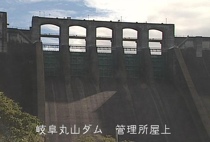 丸山ダム管理所屋上ライブカメラは、岐阜県八百津町八百津の丸山ダム管理所屋上に設置された丸山ダムが見えるライブカメラです。