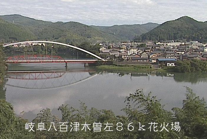 丸山ダム花火打上場ライブカメラは、岐阜県八百津町八百津の花火打上場に設置された丸山ダムが見えるライブカメラです。