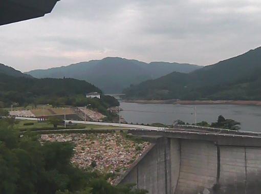 竜門ダム第1ライブカメラは、熊本県菊池市龍門の竜門ダム管理支所に設置された竜門ダムが見えるライブカメラです。