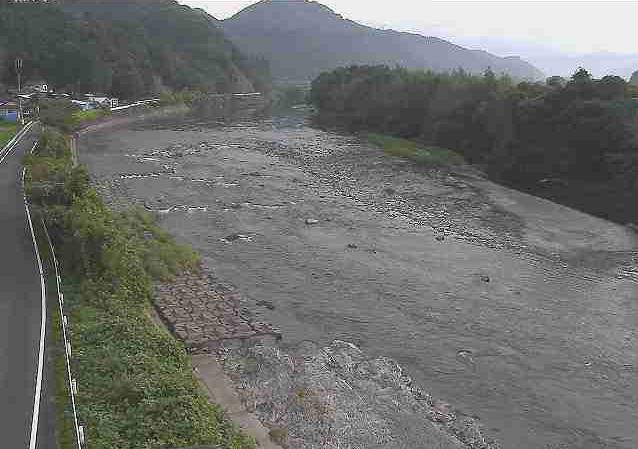 川辺川川辺大橋ライブカメラは、熊本県相良村川辺の川辺大橋に設置された川辺川が見えるライブカメラです。