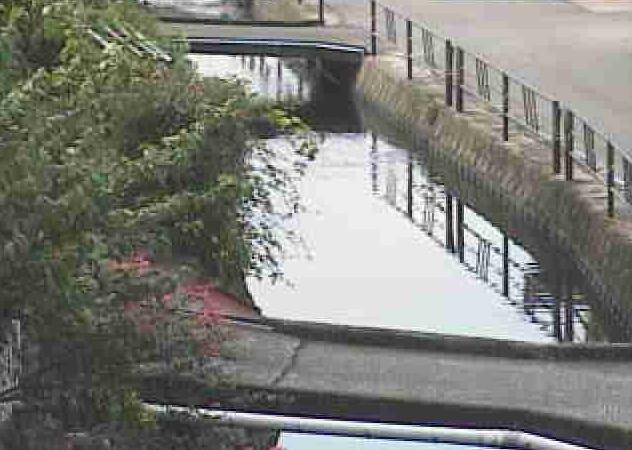 御溝川瓦屋町ライブカメラは、熊本県人吉市の瓦屋町(鳥越橋下流)に設置された御溝川が見えるライブカメラです。