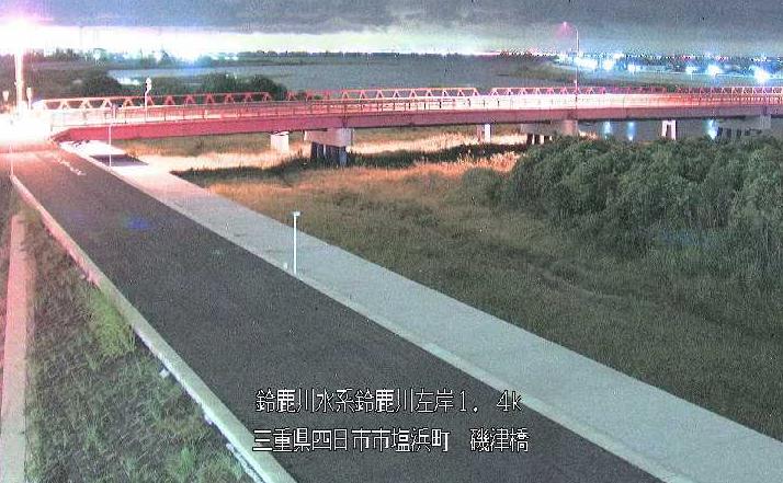 鈴鹿川磯津橋ライブカメラは、三重県四日市市塩浜町の磯津橋に設置された鈴鹿川が見えるライブカメラです。