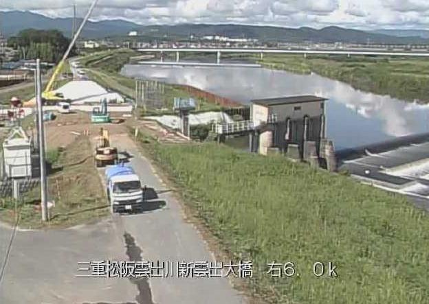 雲出川新雲出大橋ライブカメラは、三重県津市雲出島貫町の新雲出大橋に設置された雲出川・国道23号(伊勢街道)が見えるライブカメラです。