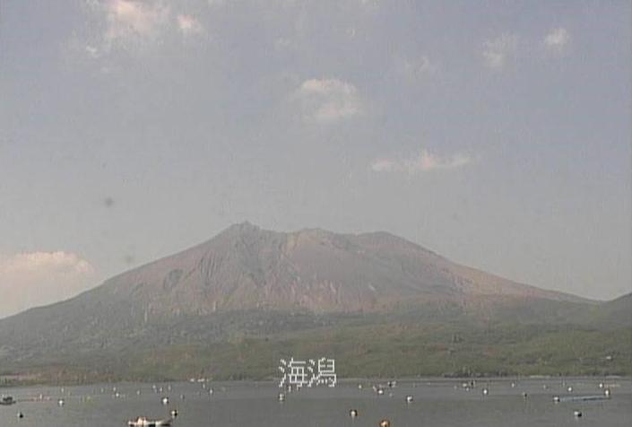 海潟桜島噴煙状況ライブカメラは、鹿児島県垂水市の海潟に設置された桜島降灰時噴煙状況が見えるライブカメラです。