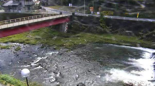 飛騨川飯高橋ライブカメラは、岐阜県七宗町上麻生の飯高橋に設置された飛騨川・岐阜県道(飛騨街道)が見えるライブカメラです。