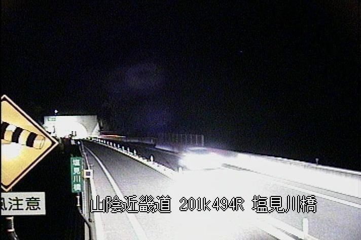国道9号塩見川橋ライブカメラは、鳥取県鳥取市東大路の塩見川橋に設置された国道9号(駟馳山バイパス)が見えるライブカメラです。