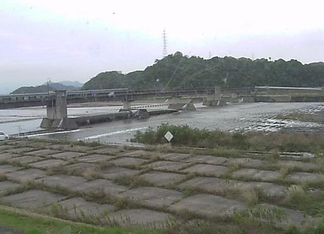 日野川堰右岸ライブカメラは、鳥取県米子市古豊千の日野川堰右岸に設置された日野川が見えるライブカメラです。
