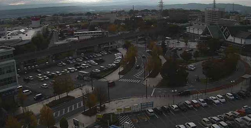 佐久平駅前ロータリーライブカメラは、長野県佐久市佐久平駅の佐久平駅前ロータリーに設置されたJR佐久平駅前蓼科口方面が見えるライブカメラです。