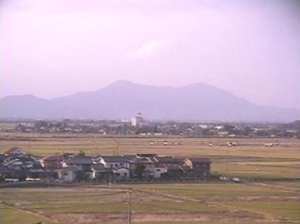 見附市立病院ライブカメラは、新潟県見附市学校町の見附市立病院に設置された弥彦山が見えるライブカメラです。