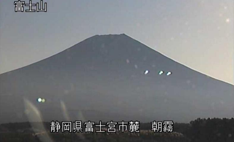 朝霧富士山ライブカメラは、静岡県富士宮市麓の朝霧に設置された富士山が見えるライブカメラです。
