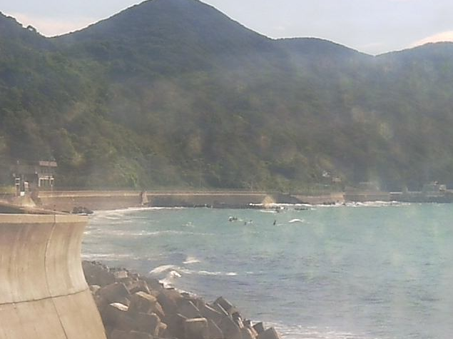 南出川水門から産湯海水浴場・産湯海岸・阿尾漁港・灯台・小富士・水門