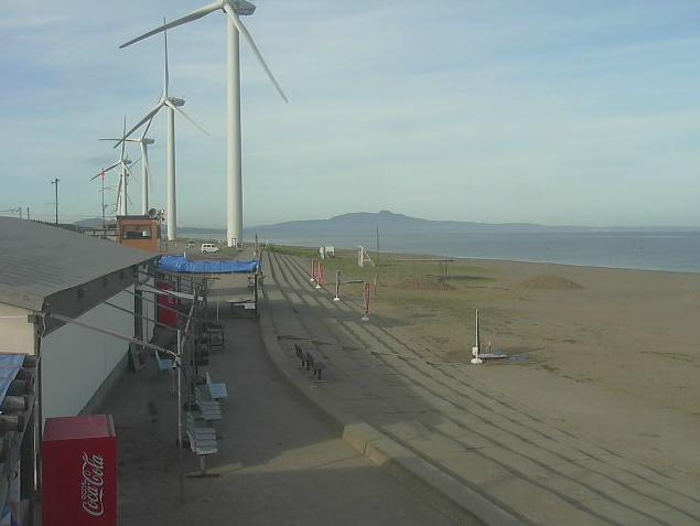 釜谷浜周辺から釜谷浜海水浴場・風力発電所が見えるライブカメラ。