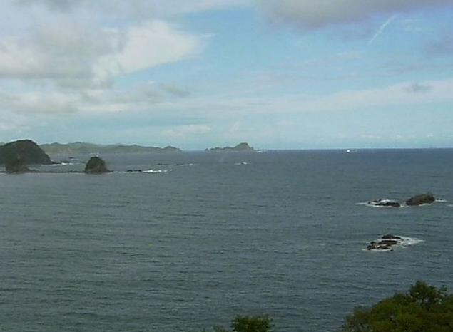黒潮本陣から土佐湾・鎌田港堤防・双名島・ライオン島・大津崎・一子灯台が見えるライブカメラ。