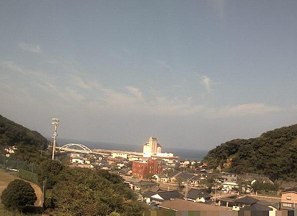 天草市役所ライブカメラは、熊本県天草市東浜町の天草市役所に設置された天草下田温泉街・天草西海岸が見えるライブカメラです。
