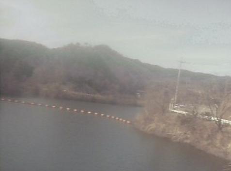 北房ダム管理棟にからダム湖・桜(ソメイヨシノ・ヤマザクラ)・紅葉