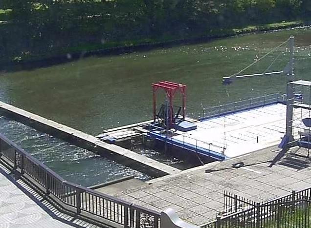千歳水族館千歳川水中観察室から千歳川・インディアン水車が見えるライブカメラ。