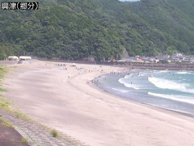 興津郷分ライブカメラは、高知県四万十町興津の郷分に設置された興津海水浴場・小室湾が見えるライブカメラです。