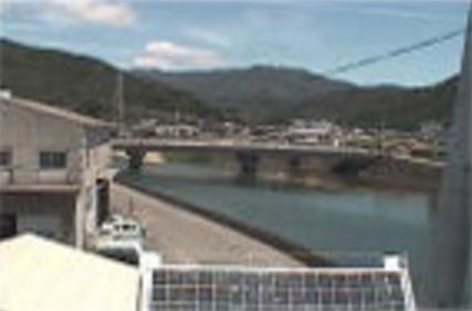 牟岐町西部保育所ライブカメラは、徳島県牟岐町中村の牟岐町西部保育所に設置された牟岐川・大川橋が見えるライブカメラです。